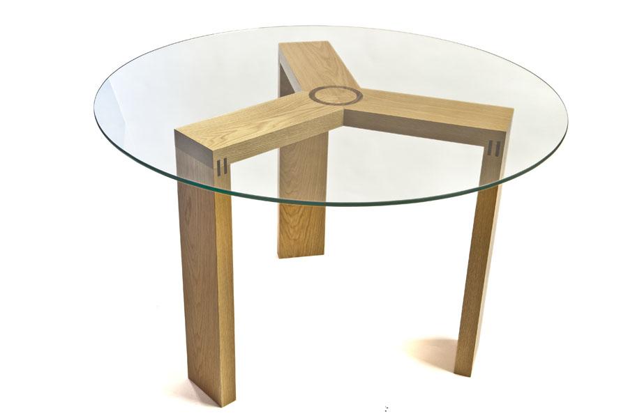 Mesas de cristal con base de roble y nogal for Base de cristal para mesa