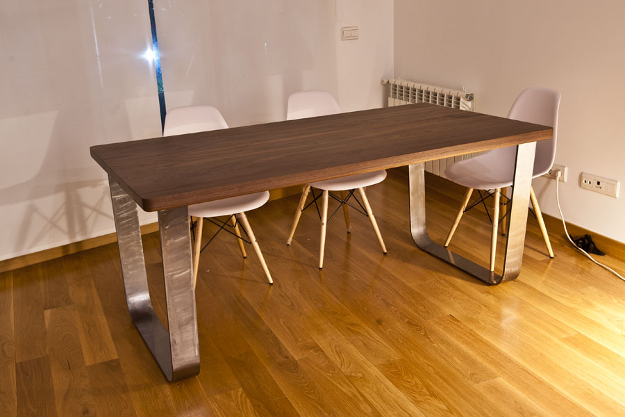 mesa de nogal macizo con patas acero