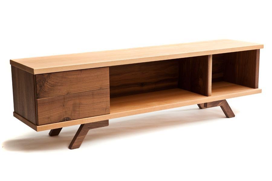 Mueble bajo para tv de haya y nogal macizos for Muebles bajos para tv
